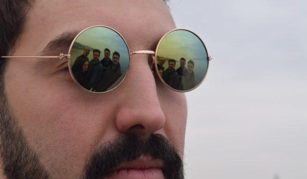 The-Topix-il-cantante-Riccardo-Gileno-e-band-riflessa